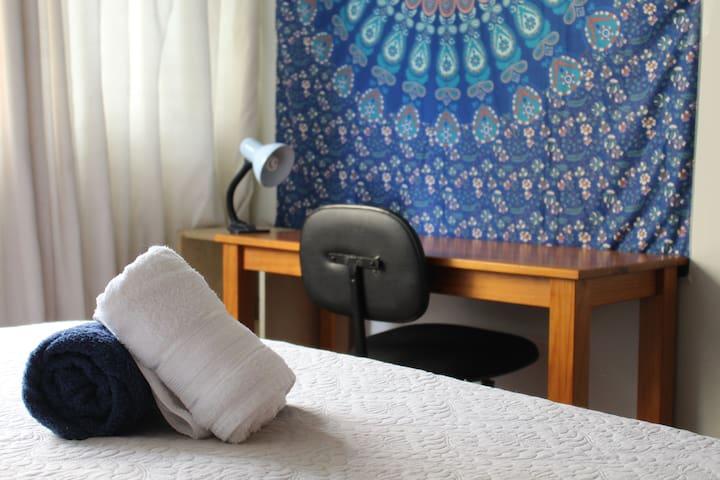 Quarto cama Casal na Savassi SOMENTE p/ MULHERES