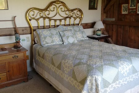 Jennifer Crawford Room in Lodge at Millstone Hill - Bed & Breakfast