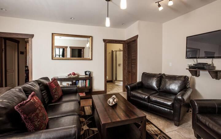 Grizzly Den  4 bedroom Hottub DT Rental