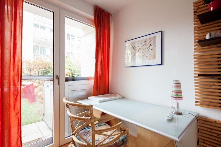 Schreibtisch und Zugang zur Terrasse