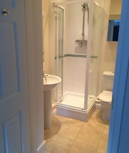 Beautiful ensuite room in old school house. - Feltwell - House - 2