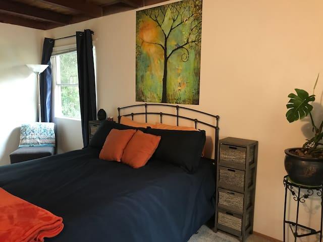 Private Room in Quaint Auburn Cottage