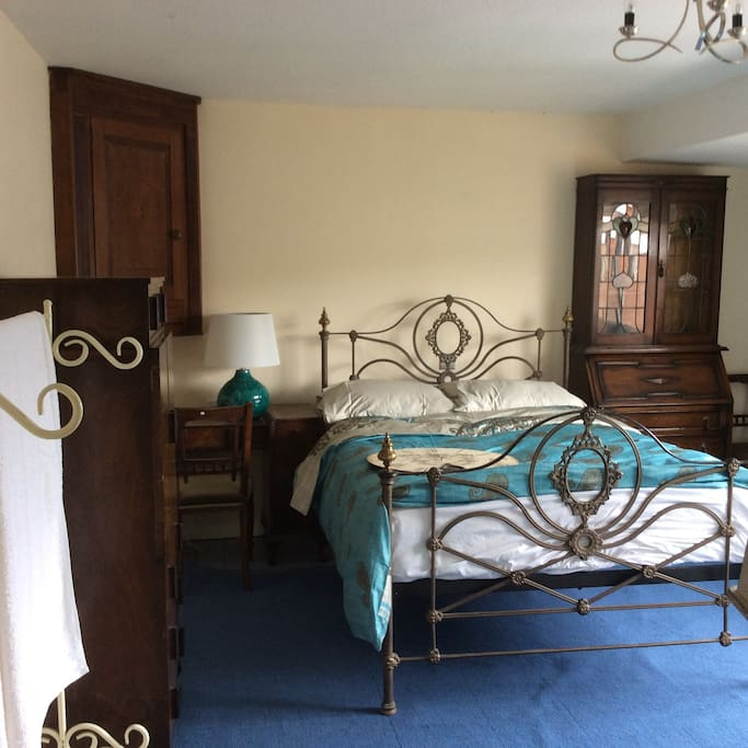 Large spacious private room, towels & quality linen supplied