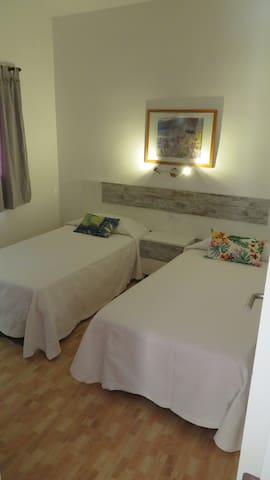 segundo dormitorio completo con espejo y secador de pelo