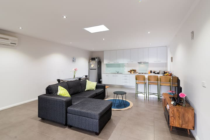 Upstairs retreat in chic townhouse - Brunswick - Townhouse