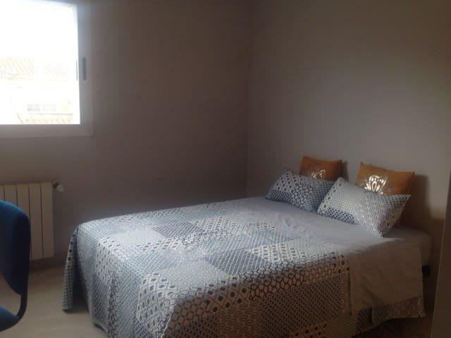 Habitación doble en casa adosada con baño privado