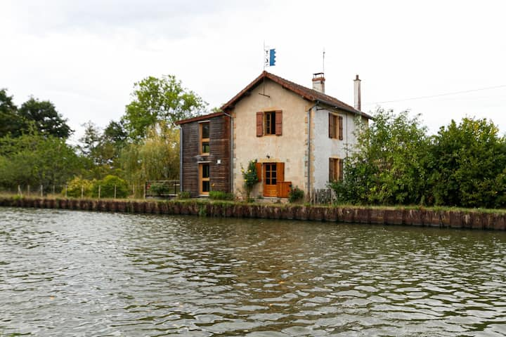 Charming Cottage in Bourg-le-Comte near Lake