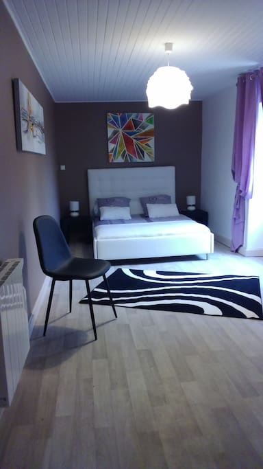 Chambre ERIS, Gîte Pura Vida, située plein sud, équipée d'un lit 2 personnes, d'un dressing, d'une commode.