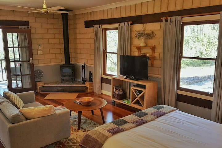 Secret Valley Escape- Romantic Spa Cottage - Amore