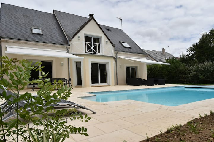 villa contemporaine avec sa piscine