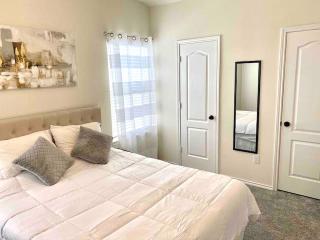 Private Bedroom in new home, quiet community-Gold