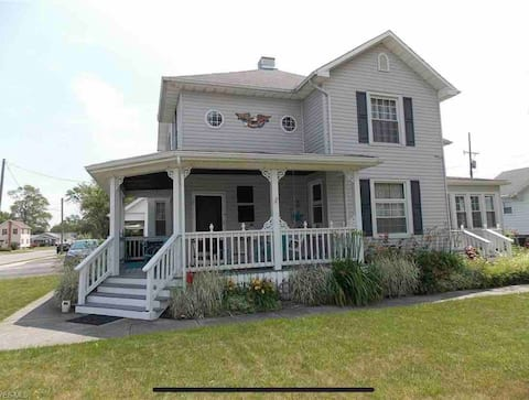 Charming 4+ bedroom home in downtown Port Clinton