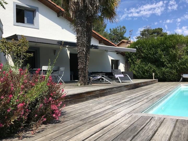 Villa sous les pins avec piscine et garage