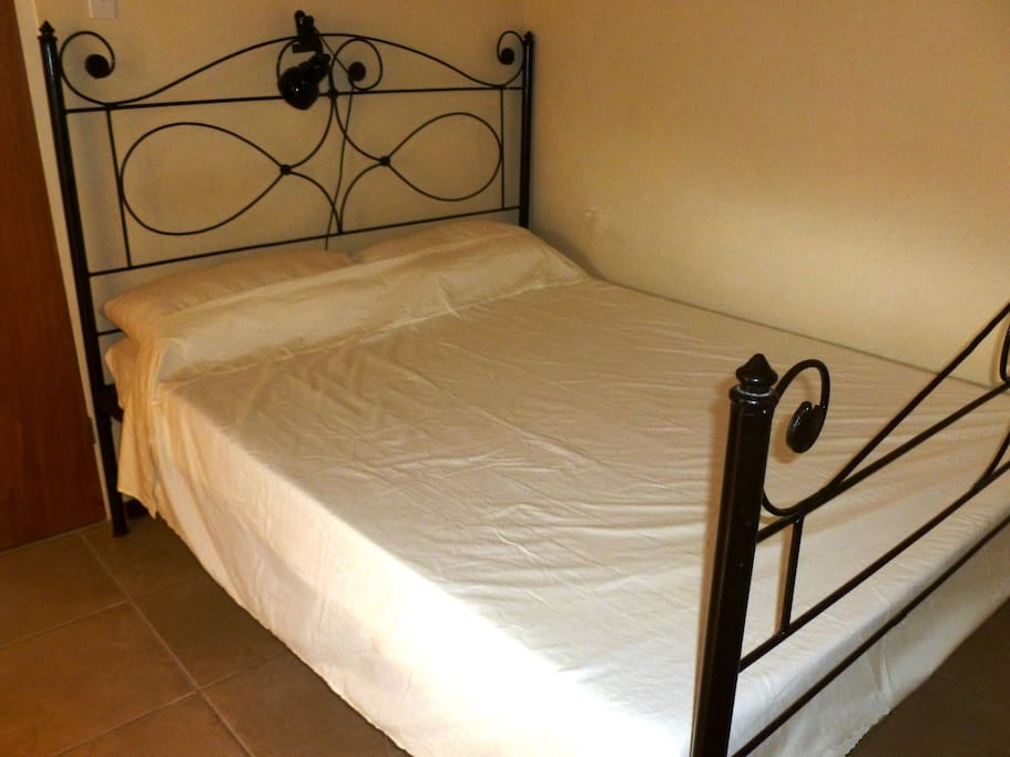 Double room with queen bed $52 per room per night incl. breakfast