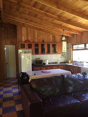 cocina y sala de estar con tv de 21 pulgadas y directv