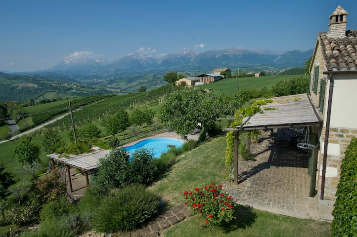 Italian Idyll, stunning views, pool, play-den. - Macerata - Haus