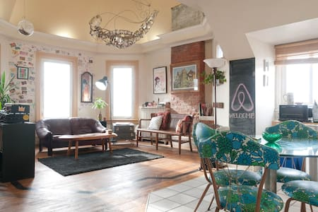 Entire loft space in our Victorian home on King street in hip Parkdale, very close to the Roncesvalles strip. It has a beautiful view of Lake Ontario, is artistically decorated and offers a one-of-a-kind experience for your visit to Toronto.