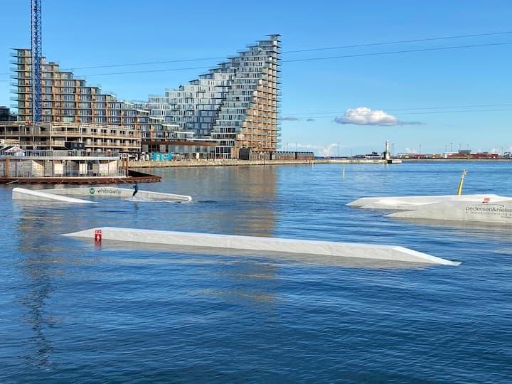 Lys ferielejlighed på havnen med privat parkering