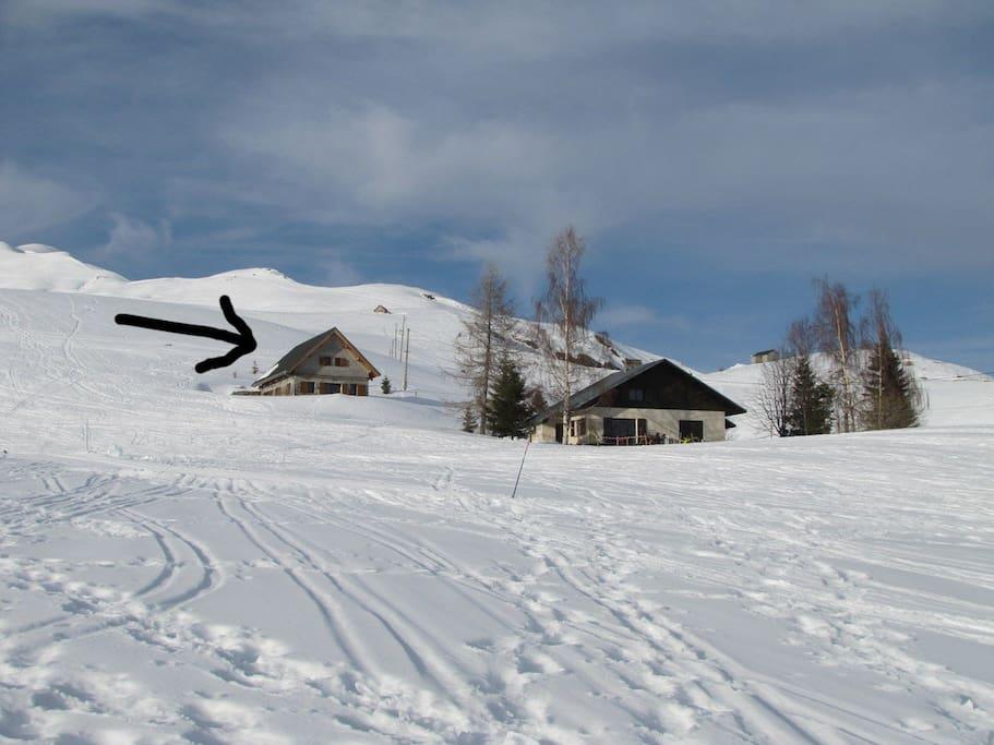 Chalet au milieu des pistes enneigées