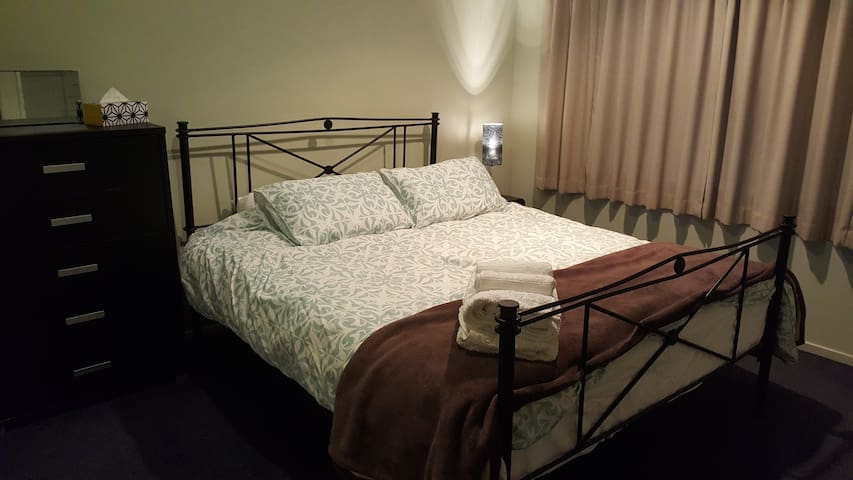 @Spacious kingbed room in a modern house Free Wifi