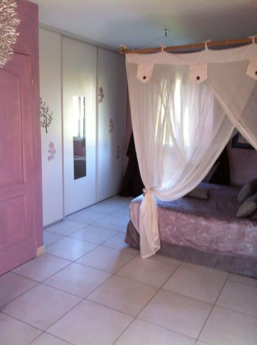 Chambre spacieuse avec dressing et petit salon