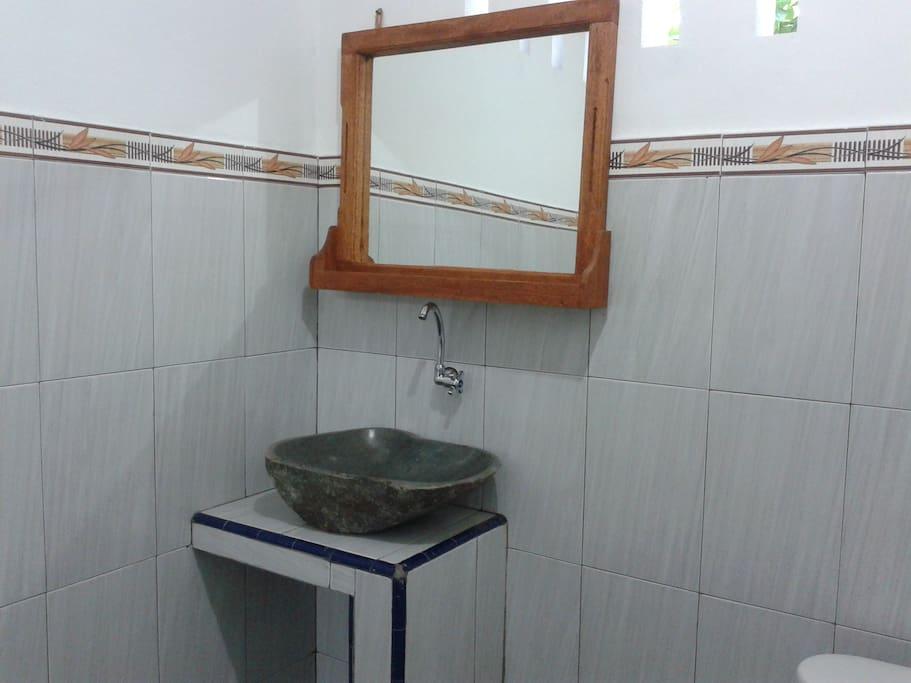 wastafel,shower,toilet bathroom