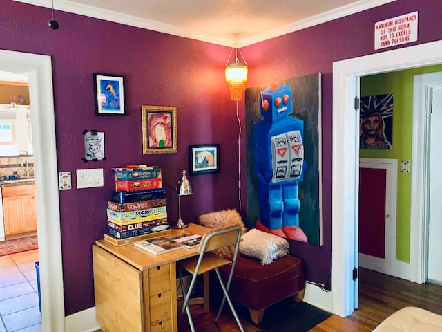 Quirky Artistic 3+ Bdrm Downtown Walk to Boardwalk