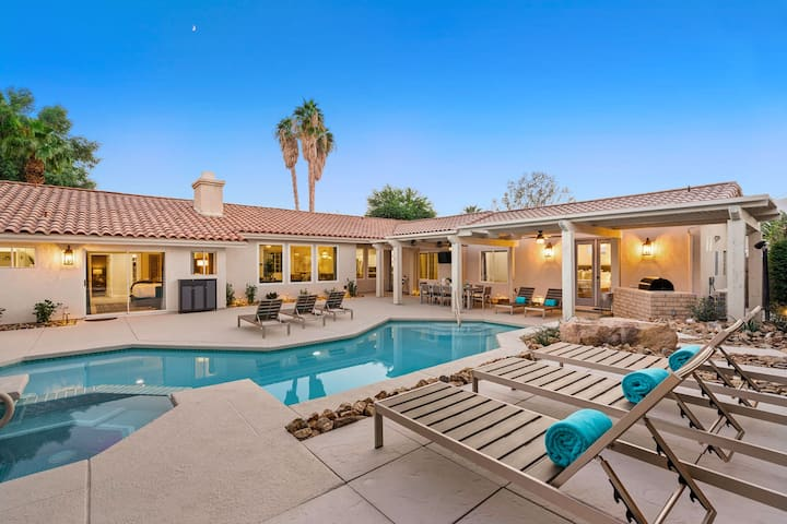 New! 'Sunbloom' Private Pool, Spa, Walking Distance to Old Town