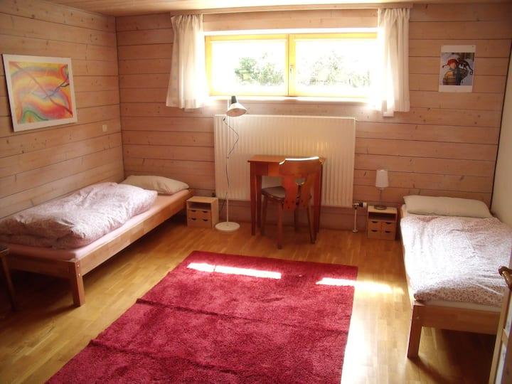 Ruhiges Zimmer+ Du/WC in gemütlichem Holzblockhaus