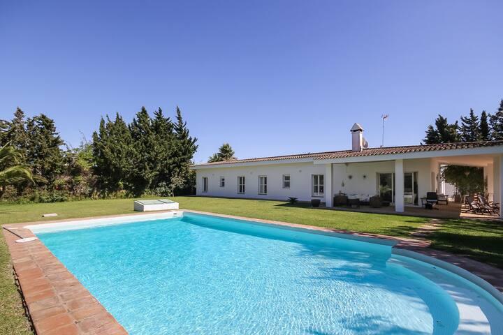 Villa Nora, amplia con naturaleza y playas al lado