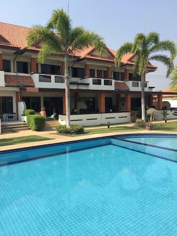 4BR in nice resort w pools, gym etc