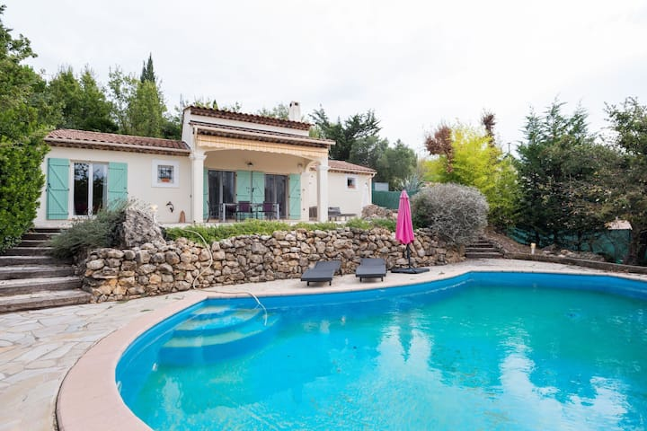 Beautiful villa with a quiet location in the green hinterland of Fréjus