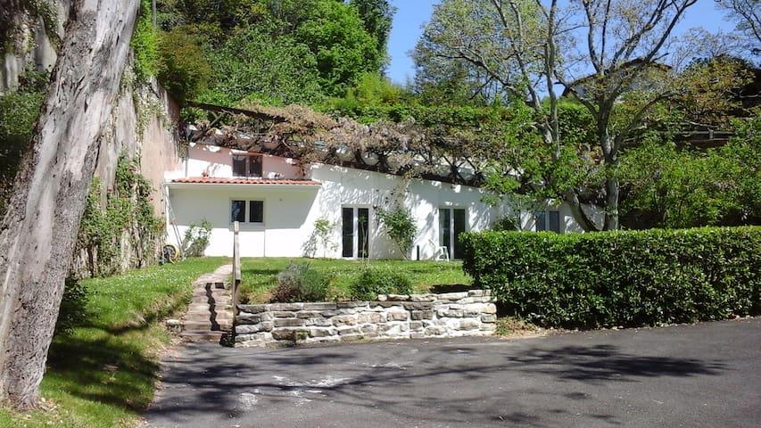 pool house dans un jardin fleuri - Bayonne - Huis