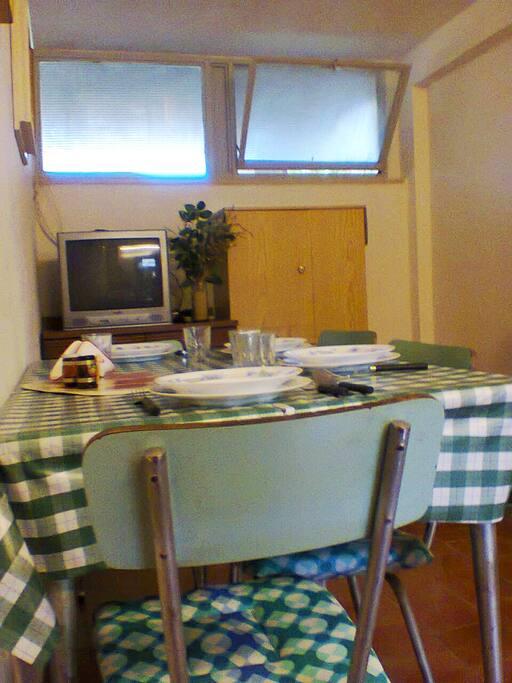 tinello con divano e zona pranzo