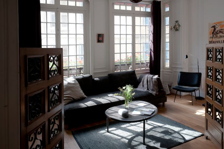 1er étage : Salon lumineux + écran TV
