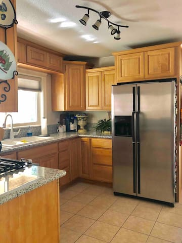 ✨Fully Stocked Gourmet Kitchen with High End Appliances, Ice Maker and Filtered water. A Gas Stove is a Must Have for Chefs. Add in Complimentary Top Shelf Spices & Condiments & you've got Everything you need to make great meals during your stay.