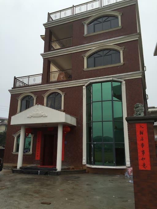 别墅正门和院子