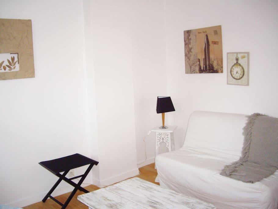 Coin salon esprit 'Bord de MER' avec canapé-lit type BZ (couchage 2 pers.)