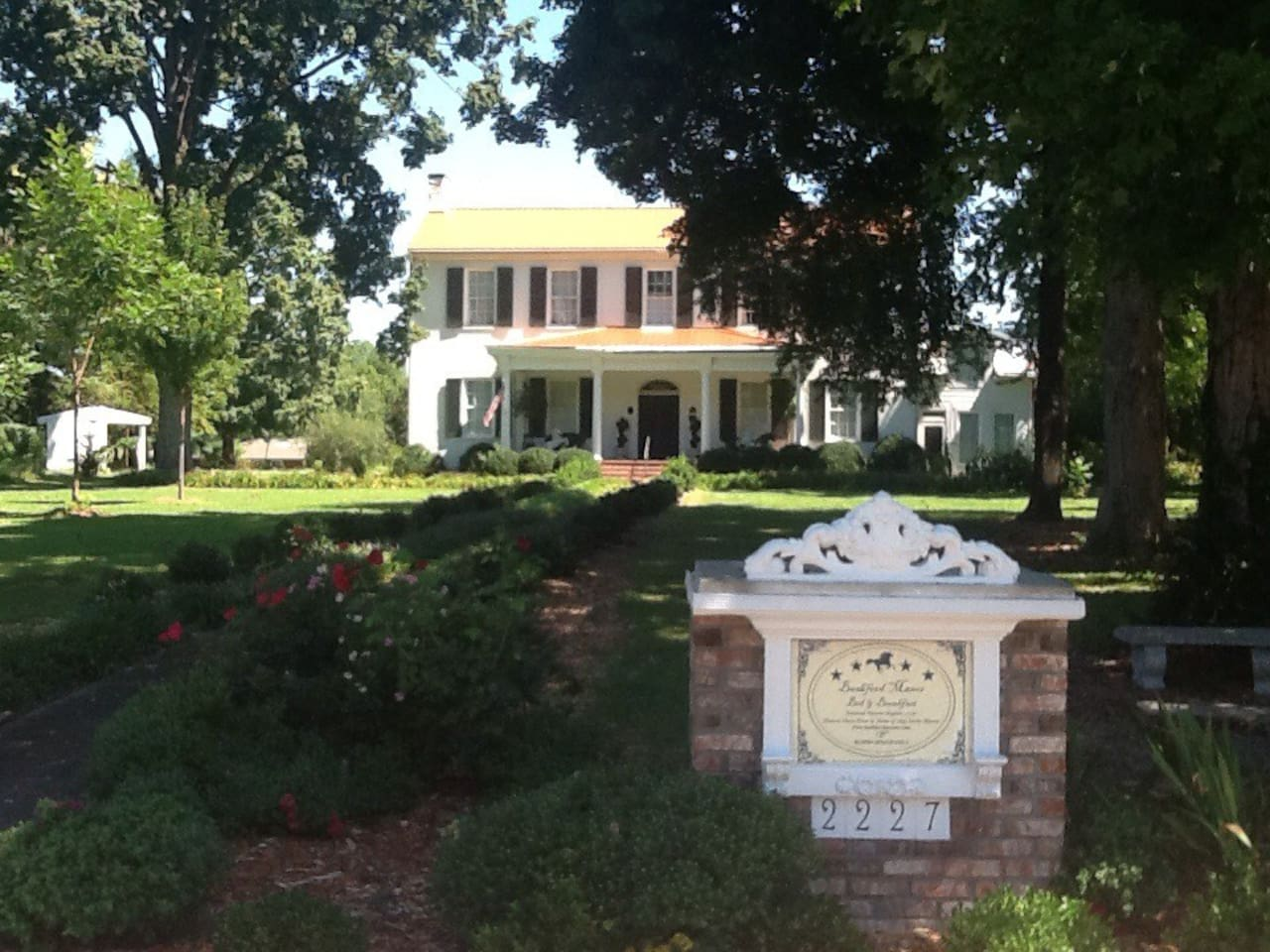 Welcome!!! To The 1796 Bashford Manor, Carriage House and Garden Suite: historic fun with all amenities: private bath&kitchenette, wifi, cable, laundry facilities, private parking, all on this quiet acreage in the center of Metro Louisville!