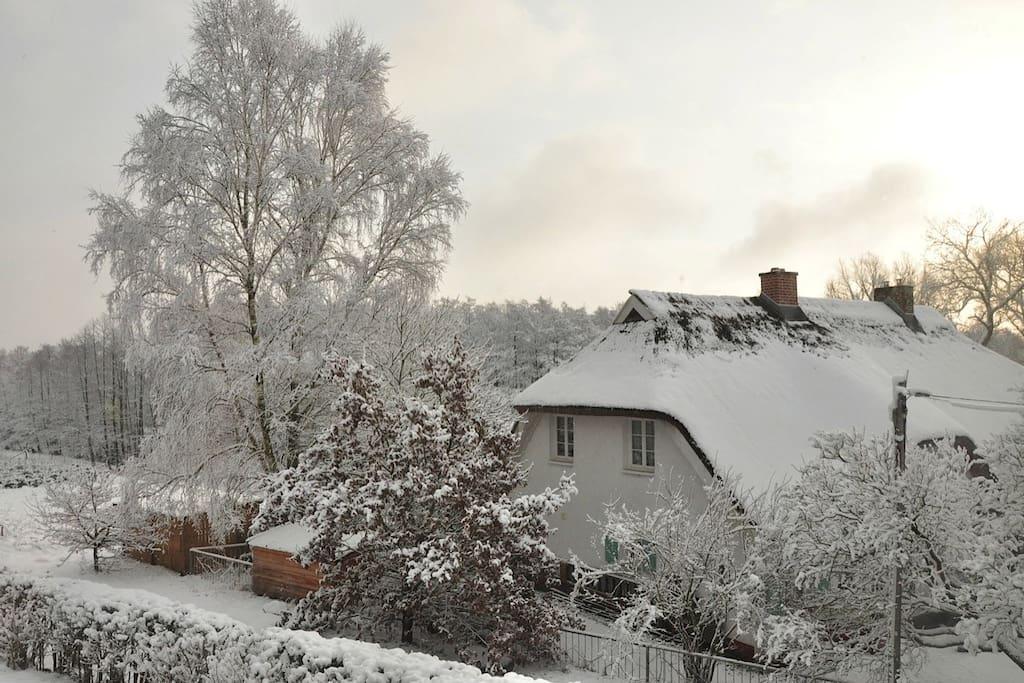 Haus am Wanderweg im Winter