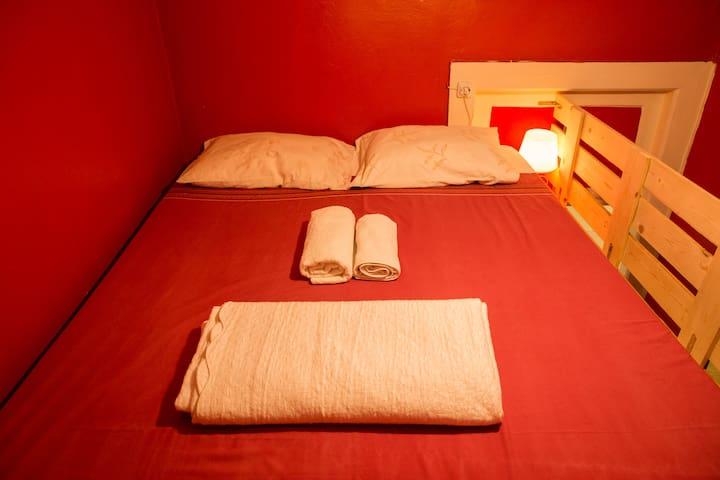 Lovely Red Room in Center of Porto