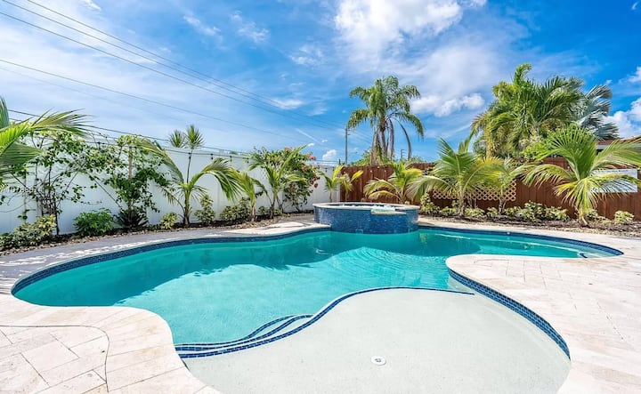 Tropical paradise with large pool and Jacuzzi