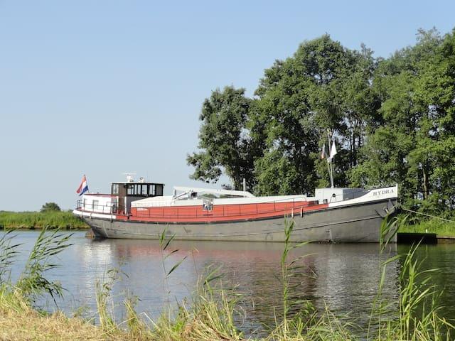 Voormalig binnenvaartschip in Sneek