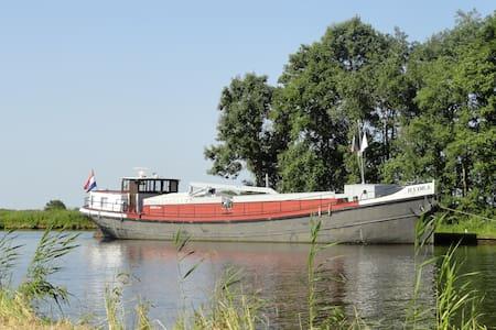 Voormalig binnenvaartschip in Sneek - Sneek - ボート