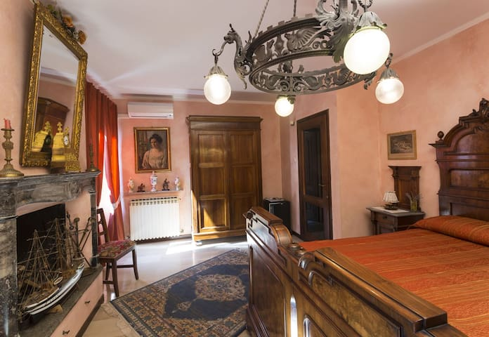 "B&B Frontelago Lake Como      "" Suite Room Breva "" - Mandello del Lario - Bed & Breakfast"