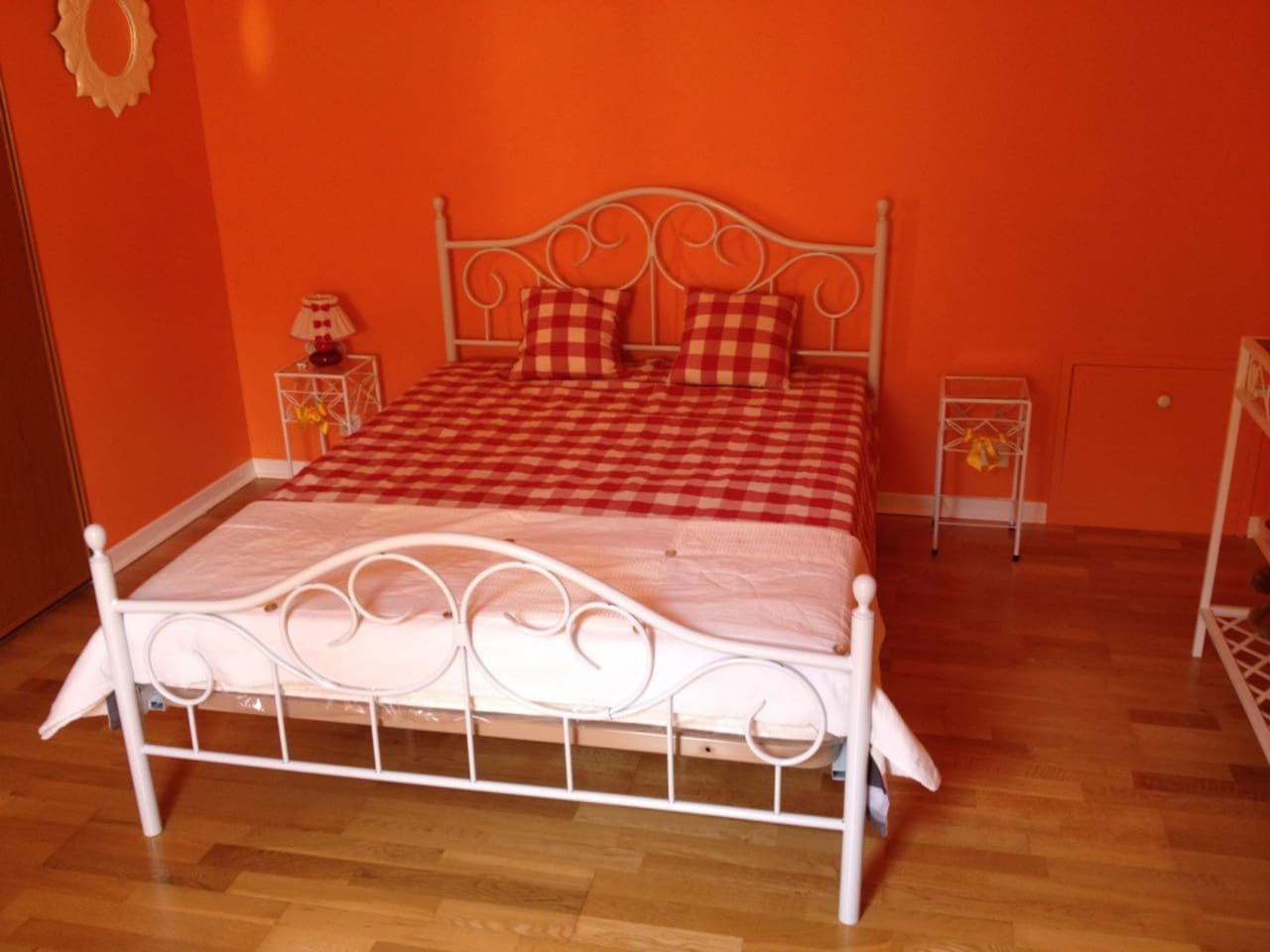 lit douillet dans une chambre agréable