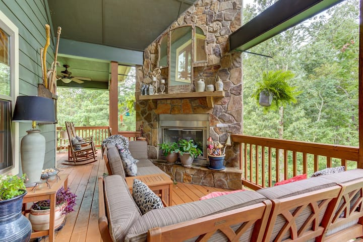 Dog-friendly getaway w/ private hot tub, outdoor fireplace - golf course view!