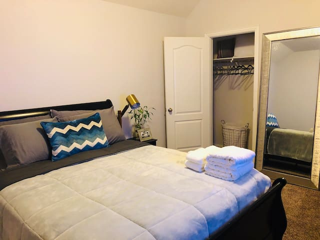 Orderly quiet, relax classy bedroom in Spring TX.