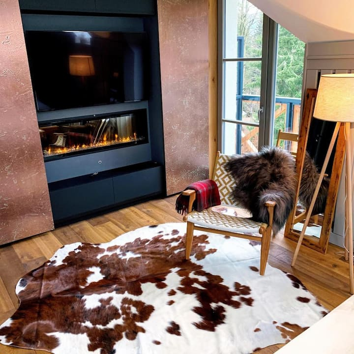 Peaceful, Cozy Designer Mountain Studio & Balcony