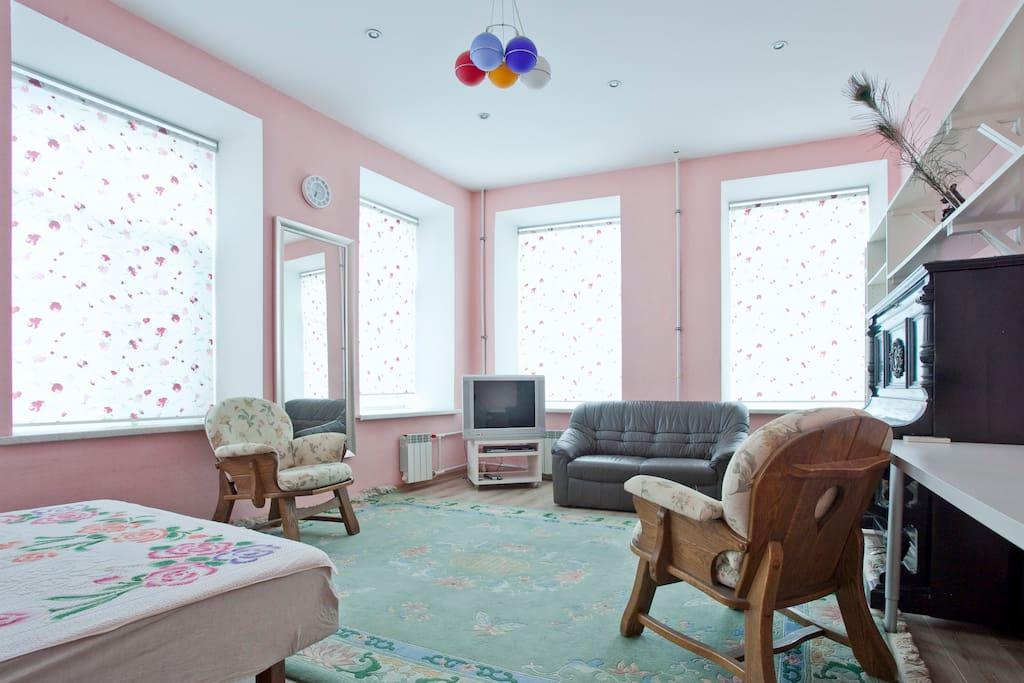 Spacious and very light sleeping room with 6 windows!